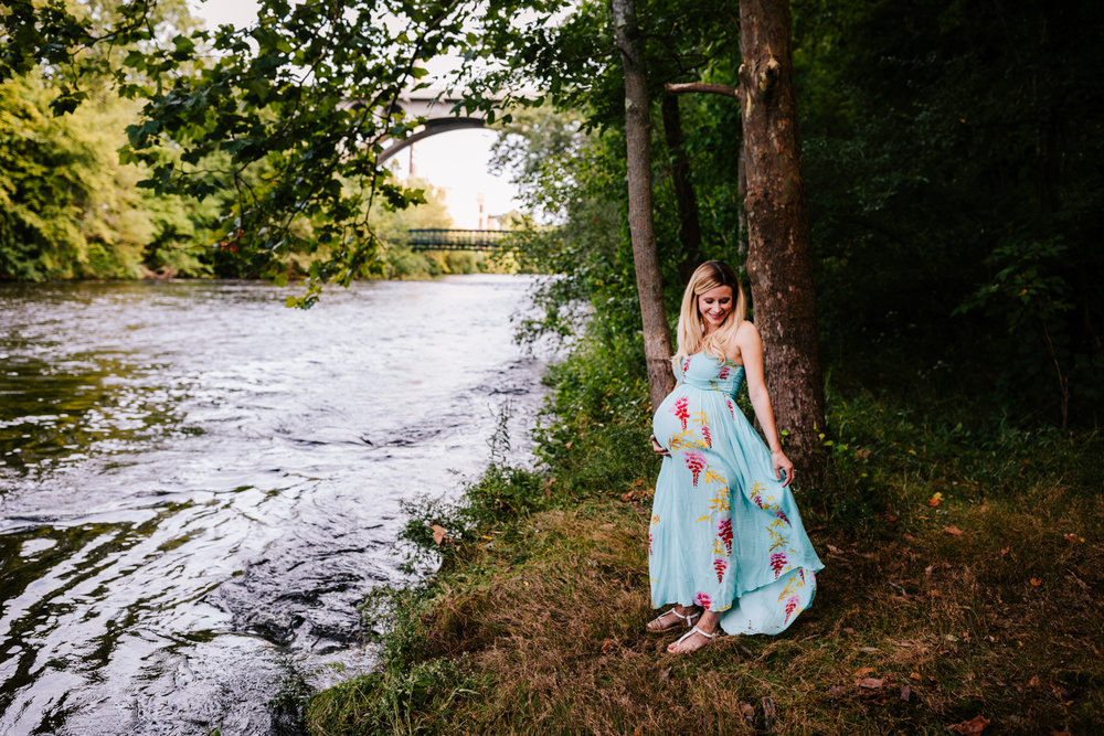 1. fun-maternity-photographer-adventurous-rhode-island-natural-blackstone-river-park-andrea-van-orsouw-photography-6.jpg