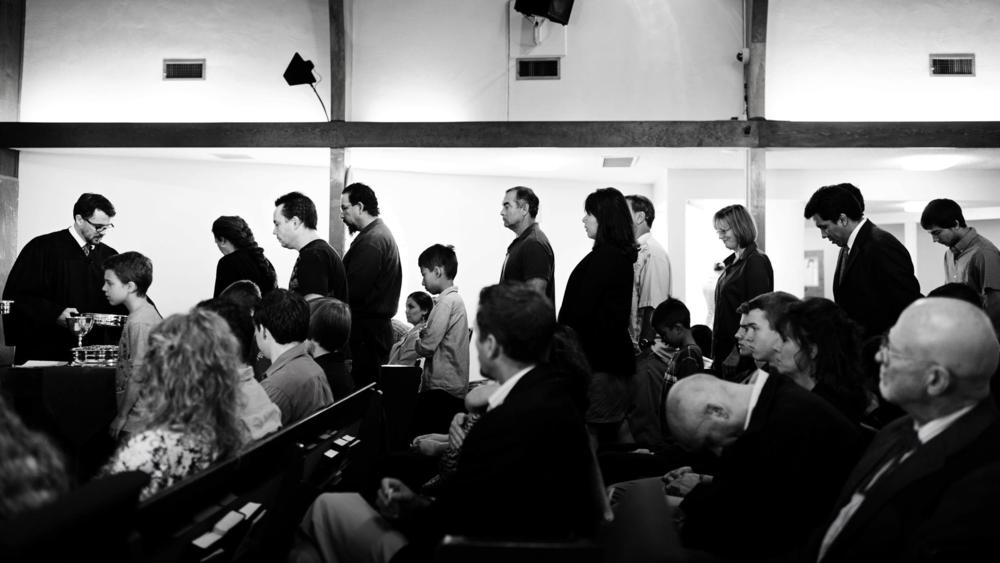 Participanții la Cina Domnului în  Biserica Reformată Unită din San Diego  merg în față pentru a primi sacramentul. Aceasta este ultima parte a fiecărei liturghii de duminică dimineața.