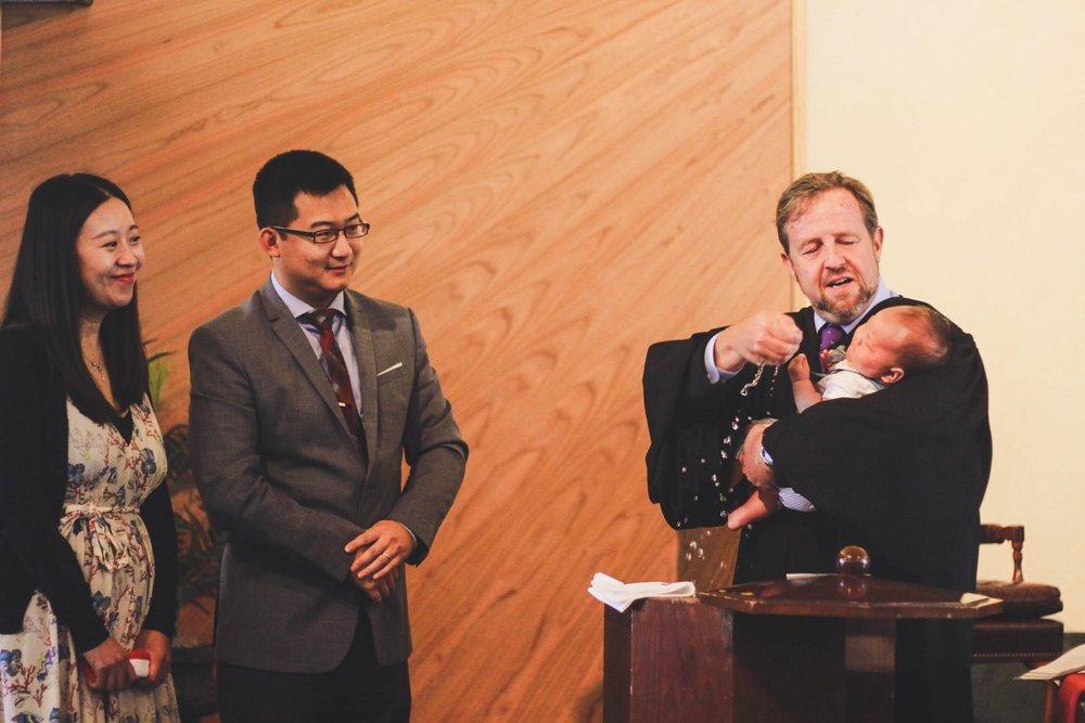 Rev. Dr. Michel Horton, pastor al Bisericilor Reformate Unite din America de Nord, botezând un nou născut în Biserica Reformată din San Diego care supraveghează misiunea noastră în România.