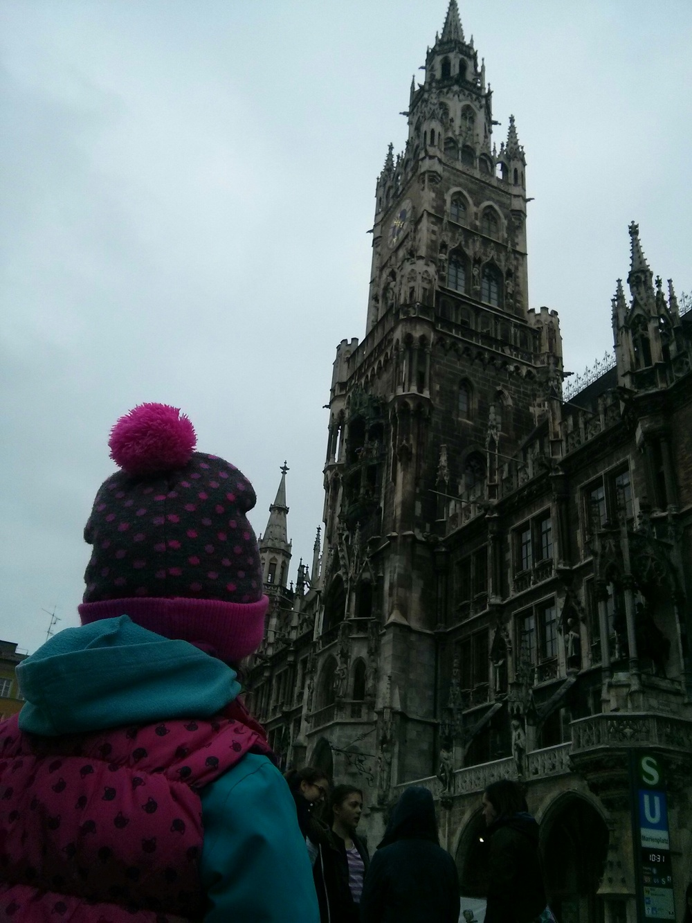 Looking at the Muenchen Rathaus (Munich city hall)
