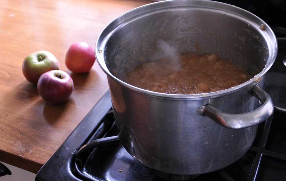 apples_in_stock_pot_on_stove