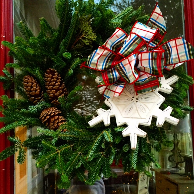 wreath_with_pine_cones_and_snowflake