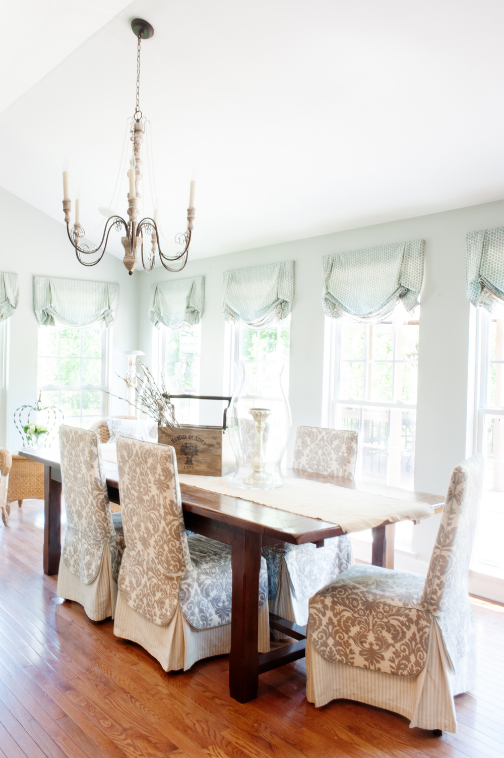 airy_morning_room_with_chandelier
