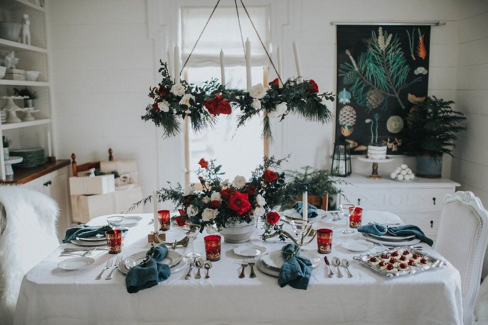 Holiday-Party- Scandanavian-table-decor-red-white-evergreens