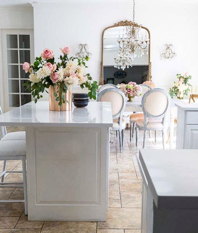 I've been itching to get back to decorating with a romantic and French vibe and this picture just inspires me so much! It's from @shabbyfufu - always delivering the romantic and shabby decor goals. Her feed is filled with all sorts of beauty 🤩. Make sure to give her a visit and follow if you aren't already!! 💖