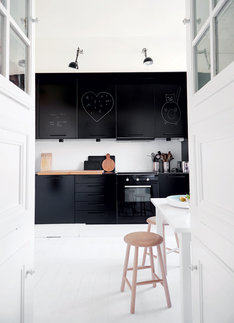black_kitchen_emmas_designblogg_533932262a6b22520d91bb4a.jpg