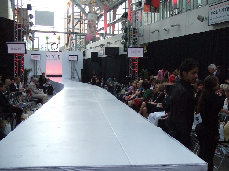 Curved catwalk