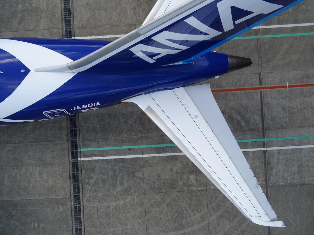 伊丹空港での実証実験の様子。航空機の周囲をAEROBOによる自動センシングを実施