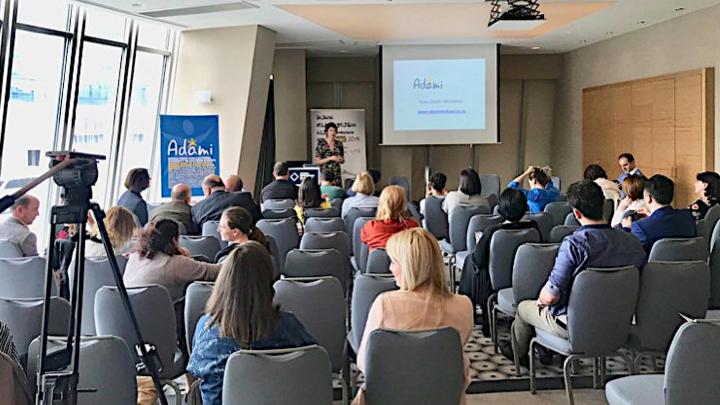 АДАМИ В ГРУЗИИ   ADAMI Медиа Приз приняла участие в медиа-конференции, посвященной Всемирному Дню Свободы прессы, 3 мая 2018 года в Батуми. Встреча была организована региональным общественным телеканалом Аджара ТВ, пригласив грузинские СМИ и неправительственные организации обсуждать вопросы безопасности журналистов.