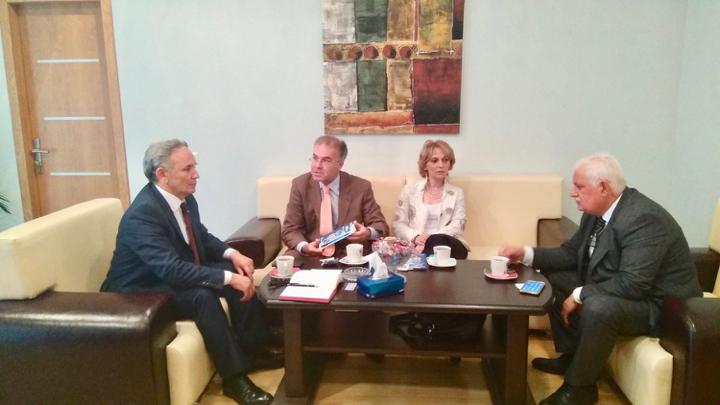 АДАМИ В АЗЕРБАЙДЖАНЕ   В мае команда ADAMI побывала в Азербайджане очередным, рабочим визитом. Директор ADАMI Штефан Толц и координатор проекта Нелли Мжаванадзе имели возможность встретится с высокопоставленными, официальными лицами Республики Азербайджан. А также, с руководителями телекомпаний и Бакинского Университета.