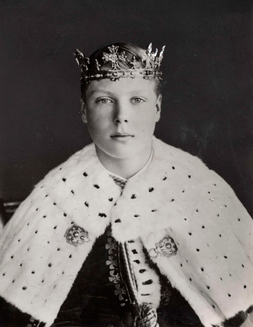 Young Prince Edward (age 17)—later King Edward VIII and then the Duke of Windsor—in robes and coronet at his investiture as Prince of Wales in 1911. He acquired from John G. Hardy the black & white district check that would later bear his name.
