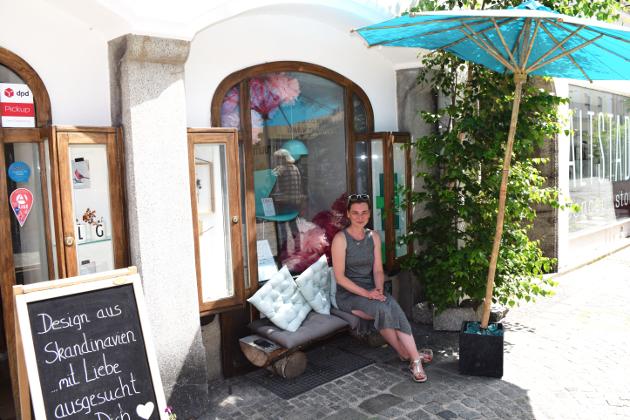 Chefin Silvia vor ihrem kleinen Laden