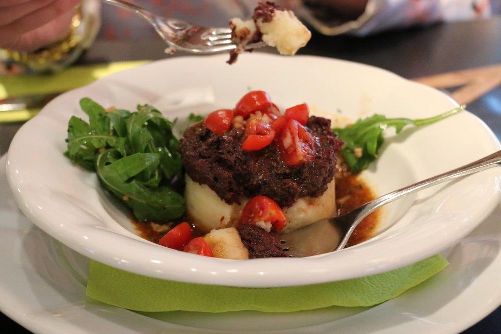 Das Blunzentörtchen auf Erdäpfelpüree mit Tomatensalat & Biersaftl