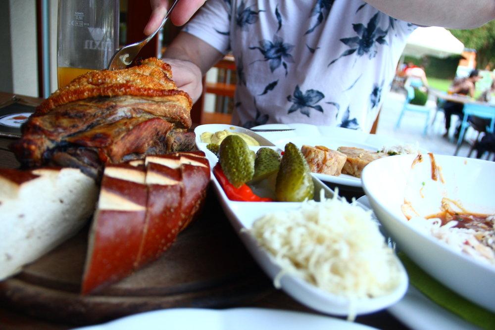 Salzburger Fuxn-Stelze (für den sehr großen Hunger oder für 2 Personen) mit Senf, Kren, Gurkerl, Pfefferoni & knusprigem Loidl Bauernbrot