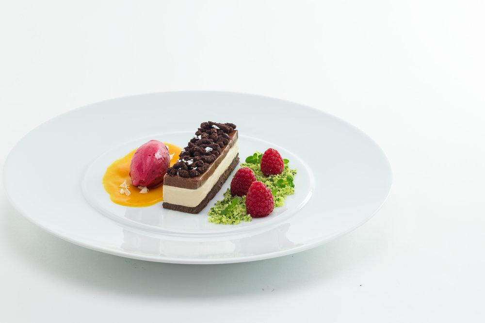 Choco-Peanutbutter-Brownie mit Himbeereis