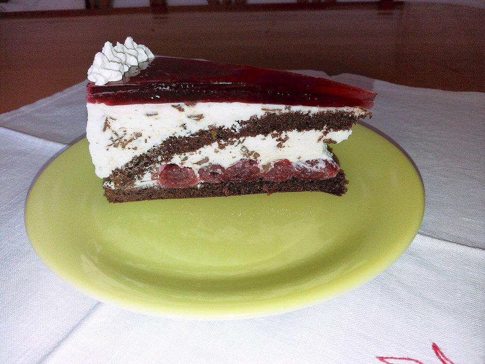 Stracciatella-Torte mit Kirschen.jpg