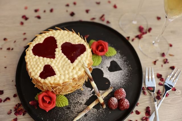 Looking for a way to tell that special someone 'I love you'? How about with this heavenly vanilla and strawberry cake. Serve it with a glass of champagne and your Valentine will be yours for ever! . . . #thebakefeed #feastordie #instafood #vscofood #foodlover #williamssonoma #f52grams #rezeptdestages #valentinstag #valentinesday #recipeoftheday #treatyoself #bemyvalentine #lifeandthyme #rezeptebuchcom #hungrygrls #foodblogliebe #instayum #devourpower #feedfeed #nomnom #liebegehtdurchdenmagen @rezeptebuchcom @food52 @williamssonoma @thebakefeed @thefeedfeed @ich.liebe.foodblogs @foodblogliebe