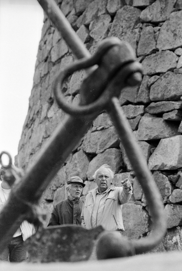 I 1962 tok Aslak Jensen (til venstre i bildet, her sammen med statsstipendiat Erling Johansen) initiativ til å etablere Komitéen for restaureringen av Akerøy Fort. Foto: Tom- Egil Jensen