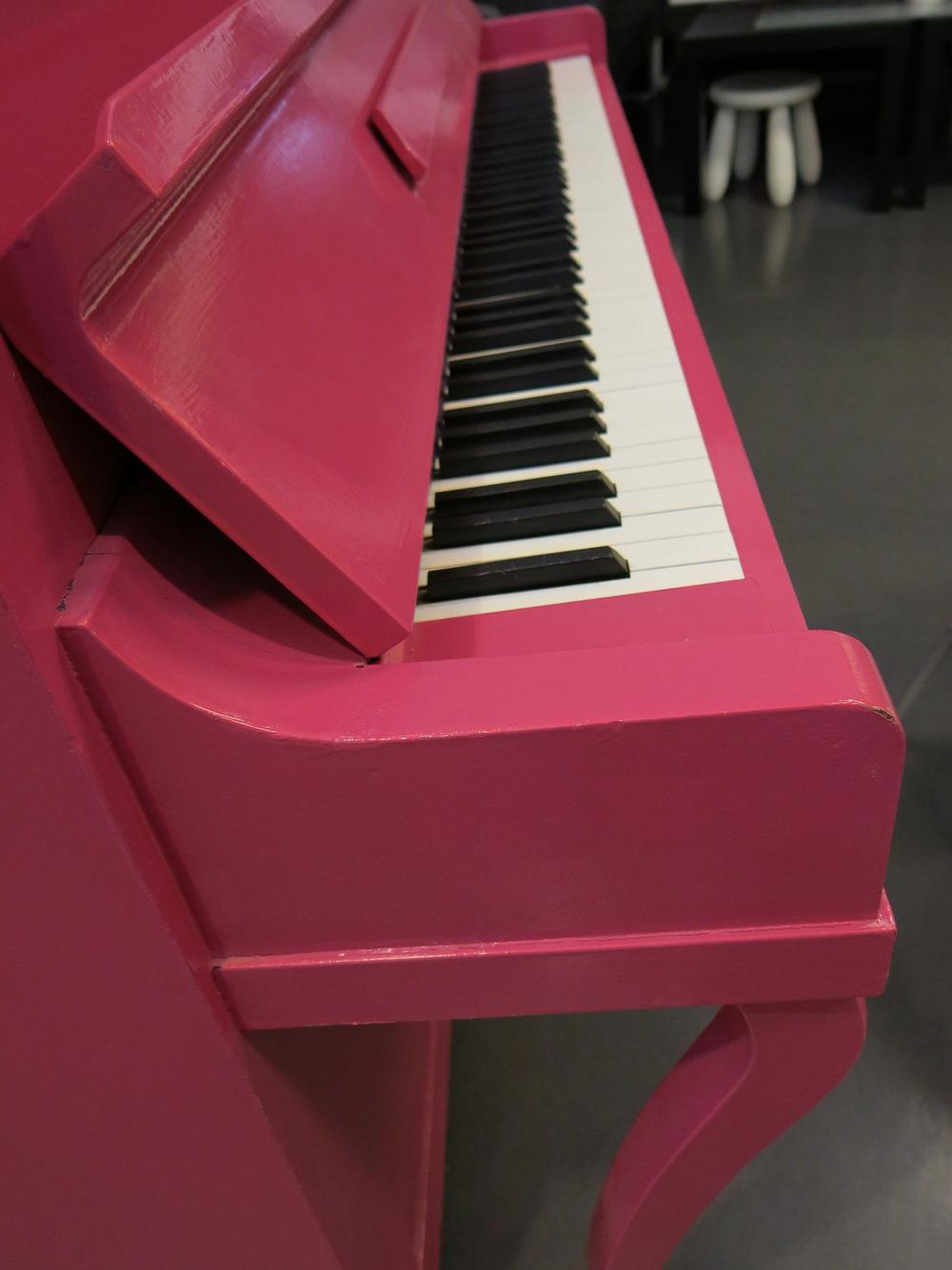 ROSA PÅ BALL : Det står der som et mektig skue. Som en magnet på barn som vil lære seg å spille piano. Malingsbransjen mener «hjemmemaling» av gamle pianoer er en god idé. Rosa er årets farge. − Å male et piano rosa, er som å gi det ungdommen tilbake, mener søstrene Helleseter.