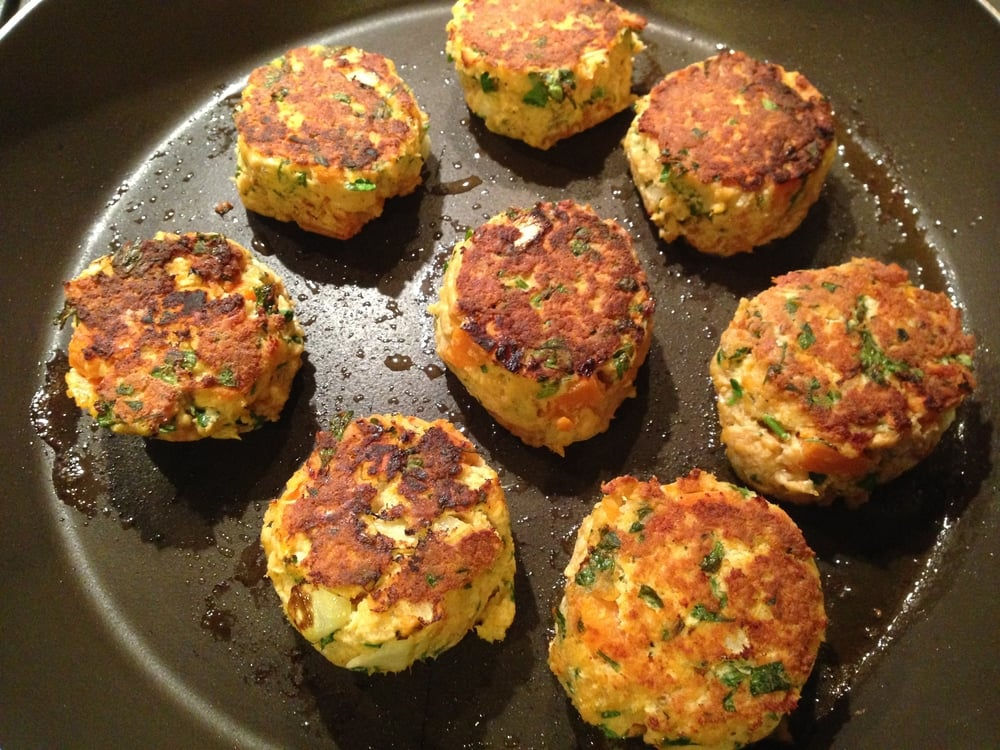 These salmon cakes are a perfect entree for a wintery evening. Have them on a bed of greens or with a side of veggies! Top them with some spicy aoli or a twist of lemon, or both! Thank you,  EveryDayMaven  for your inspiration!