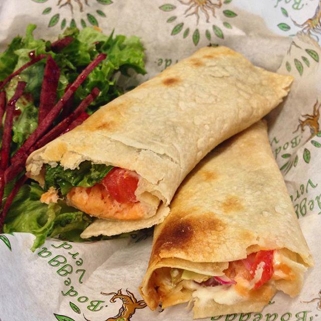 Wrap de Salmón Ahumado. Lechuga, salmón, alcaparras, jitomate, cebolla, queso crema y un toque de miel de abeja. #wrap #saludable #healthy #Instafood #salmon