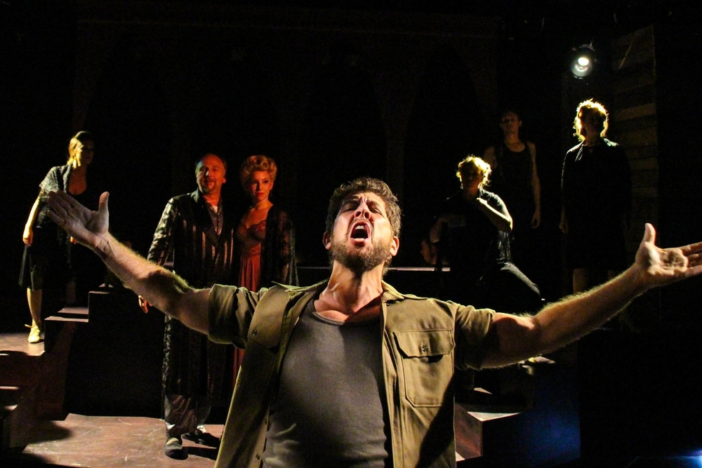 Daniel C. Levine as Che (foreground)