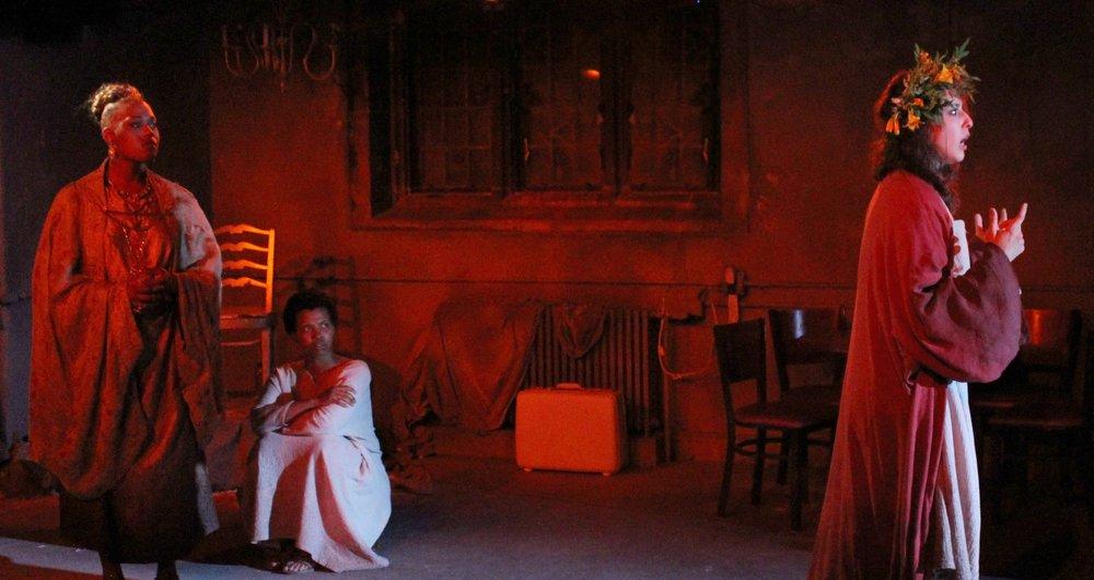 Hecuba (Antoinette Crowe-Legacy), Andromache (Kineta Kunutu), Cassandra (Danielle Chaves) (photo: Leandro A. Zaneti)