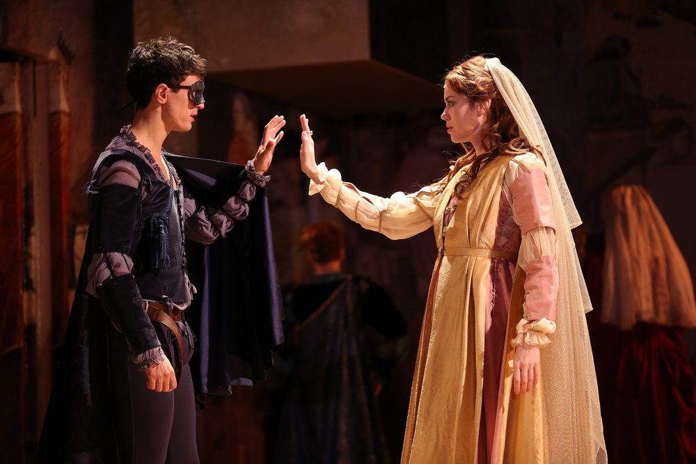 Romeo (James Cusati-Moyer), Juliet (Nicole Rodenburg)