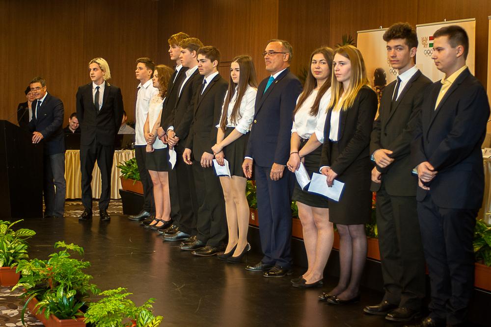 A lillehammeri Ifjúsági Olimpiára utazó csapat. Szász Csongor a jobb szélen, Fehér Zsófia jobbról a negyedik (Fotó: MSBSZ/Pintér László)