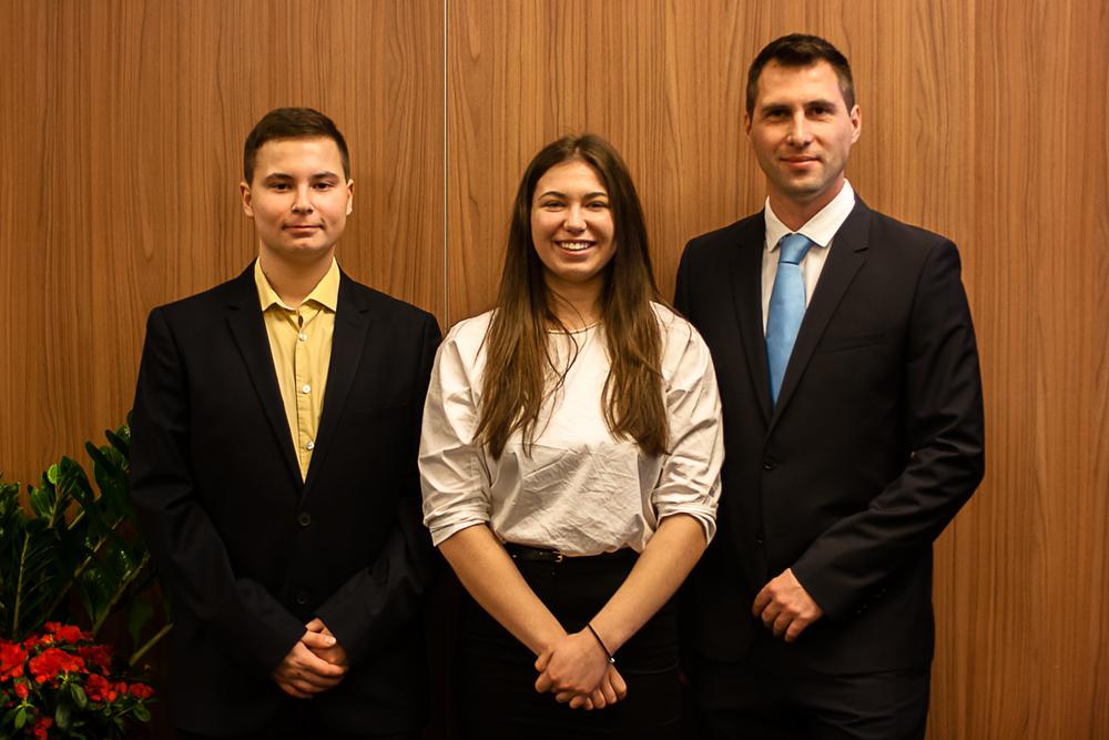 Balról jobbra: Szász Csongor Ármin, Fehér Zsófia és Bekényi Ádám szövetségi kapitány (Fotó: MSBSZ/Pintér László)