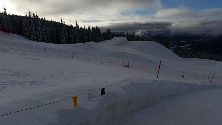 A krosszpálya mögött a slopestyle pálya egyik ugratója