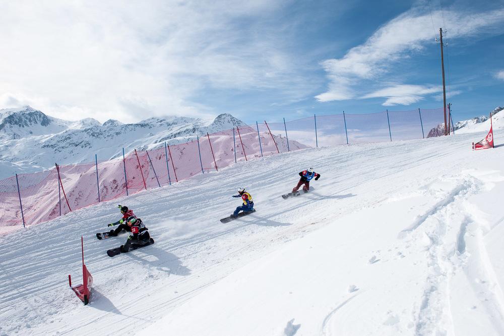 Dávid még az előző versenyén a svájci Sedrunban, kék trikóban a negyedik helyen (Fotó: michael donadel | mikadoformat.com)