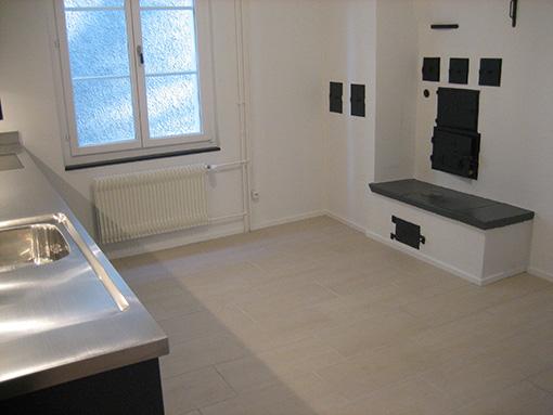 Untere Küche, rechts die Ofentüre zum Kachelofen