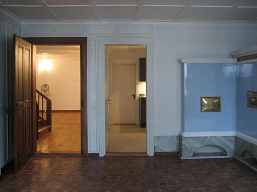 Wohnzimmer,Blick zum Entrée und zur Küche im EG