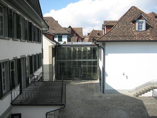 Blick vom Esszimmer in den Hof der Gemeindeverwaltung
