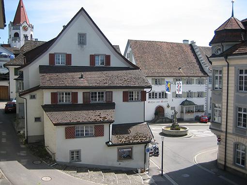 Blick von der oberen Stube, zum Rathaus (rechts), zum Restaurant Trauben (hinten) und zur reformierten Kirche (links hinten)