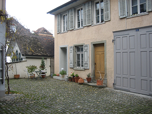 Hof mit Hofgebäude und Garagetor