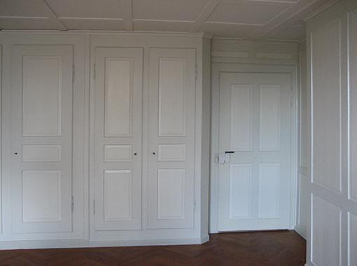 Zimmer neben Wohnzimmer, mit Wandschränken