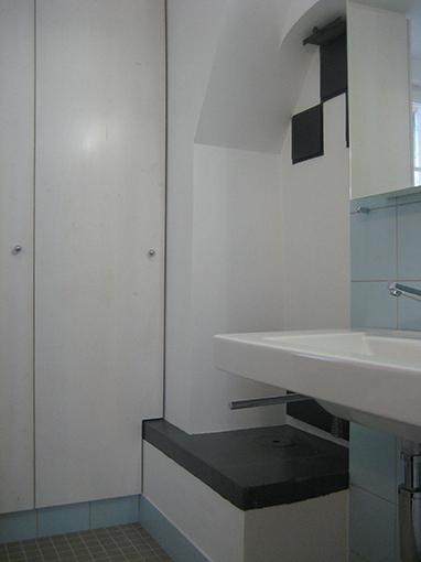Dusche, mit Wandschrank und Ofentüre zum Kachelofen