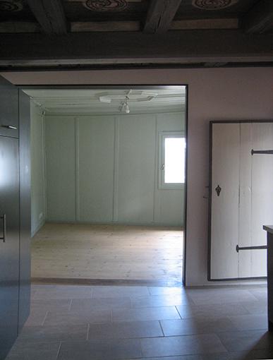 Blick von der Küche zum Esszimmer; rechts die Türe zum Balkon