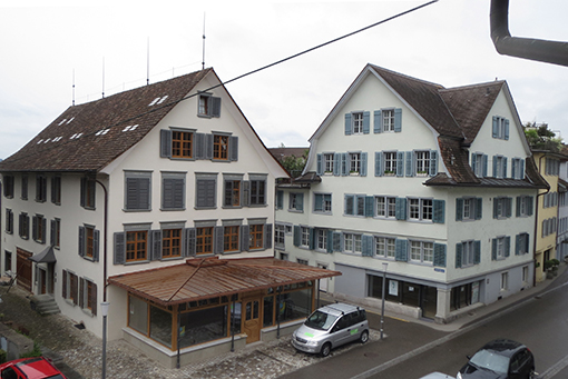 Blick nach Süden. Im Anbau ans alte Haus links gibt es seit kurzem ein Café.