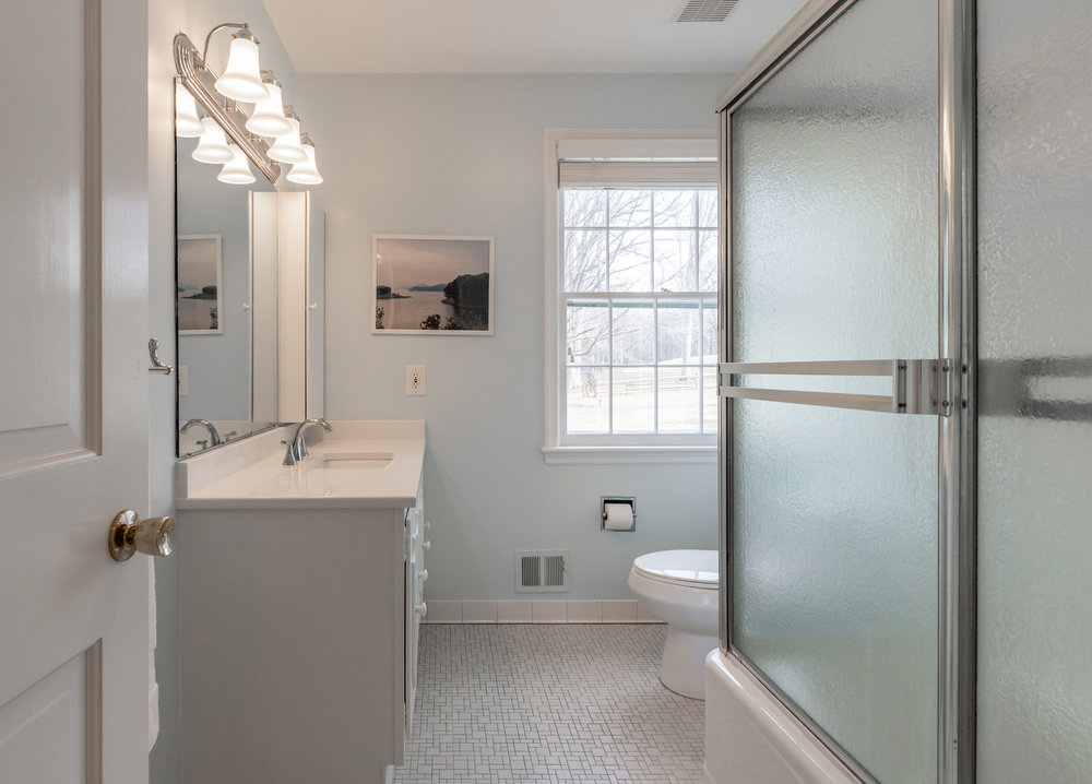 Upper Level Full Hall Bath