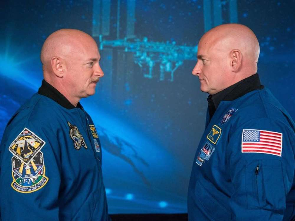 Mark Kelly (left) and Scott Kelly (right)
