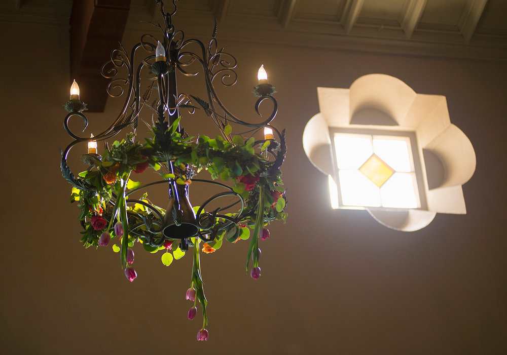 Tulips hanging from the chandeliers? Yes, please :D!