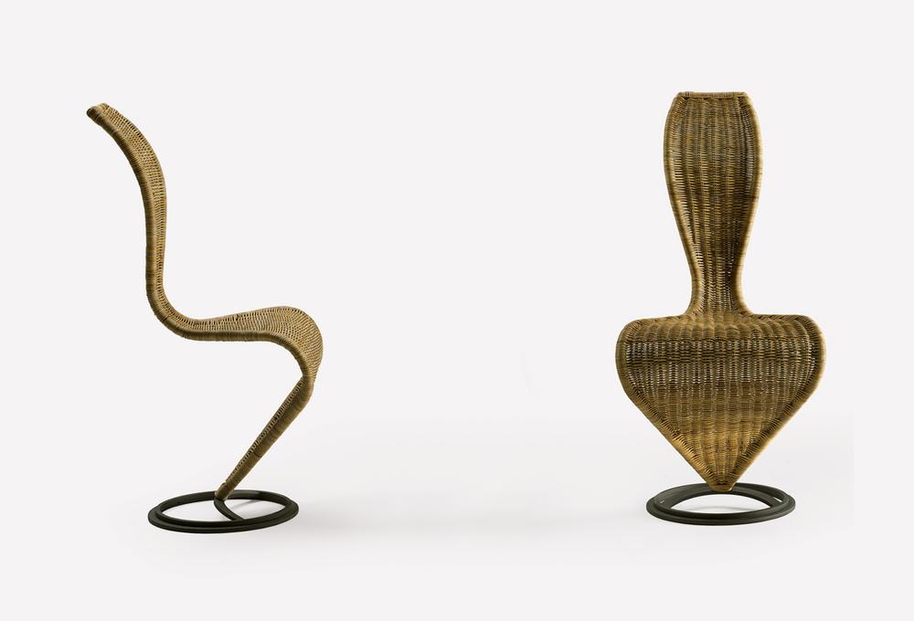 Vista frontale e laterale di S-Chair, la sedia disegnata da Tom Dixon, prodotta da Cappellini Italia Design.