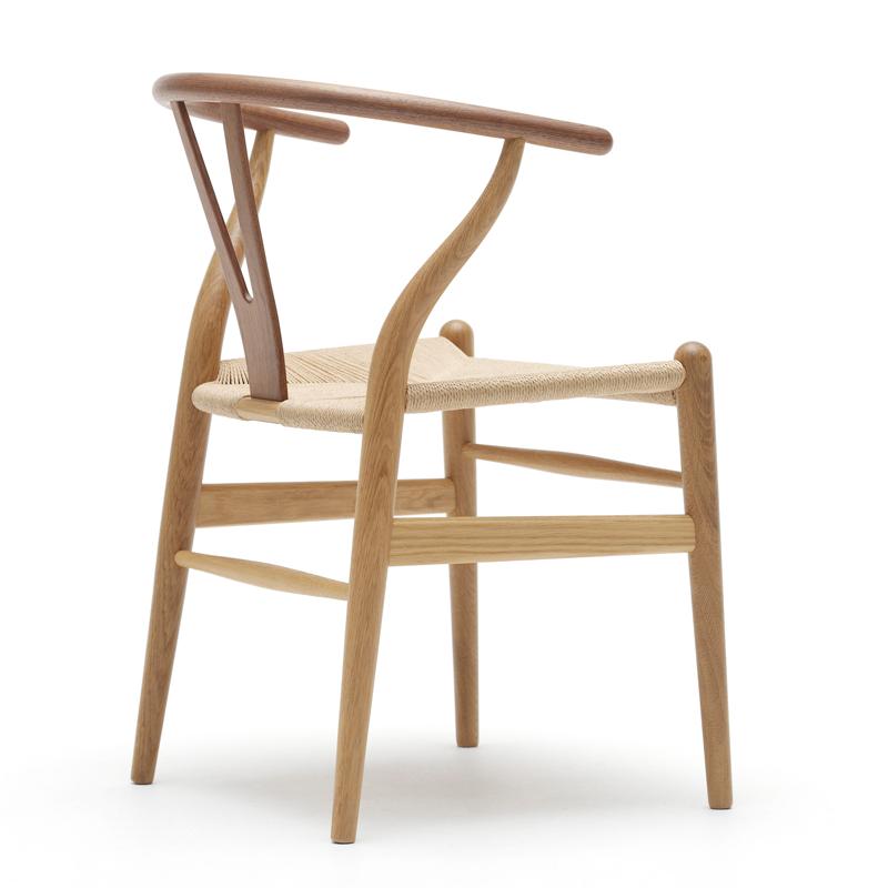 La sedia a Y. Il cui vero nome è CH24, fu progettata dal designer danese Hans J. Wegner. Alcuni elementi sono stati piegati a vapore per darle comodità e resistenza.