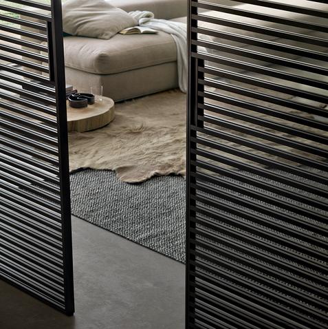 Stripe, il sistema di porte scorrevoli di design disegnata da Giuseppe Bavuso è prodotta da Rimadesio Design. Giochi ottici di trasparenze e linee rette infinite e parallele richiudono gli spazi intorno agli ambienti.
