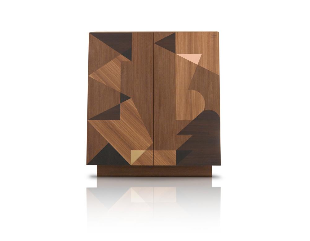 Schermo, la madia di design disegnata da Alessandro Mendini è prodotta da Porro Design. Linee astratte di legno intagliato vi si cela il sapere all'interno.