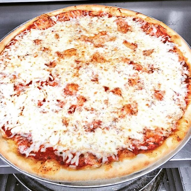 Size DOES matter guys lol, 23 inches of hot, cheesy heaven! #everythingsbiggerintx #mosthatsamore #nomnomnom ❤️🙌🏼🍕🍻