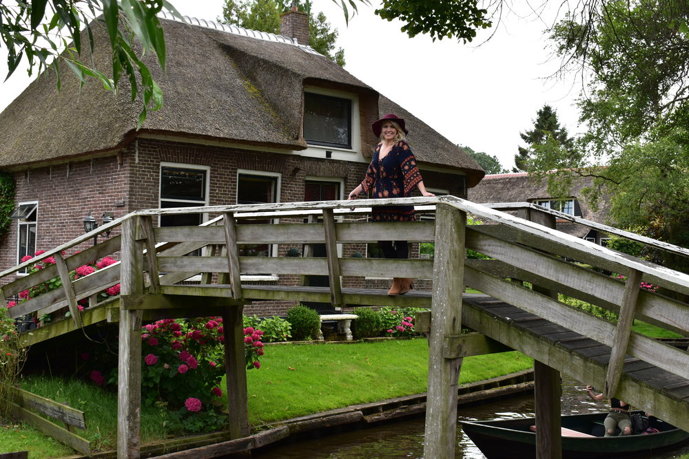 QUICK LUNCH STOP THAT'S PRETTY AS A PICTURE.GIETHOORN HAS ALMOST NO CARS OR ROADS -ONLY BIKES, BOATS AND BRIDGES.